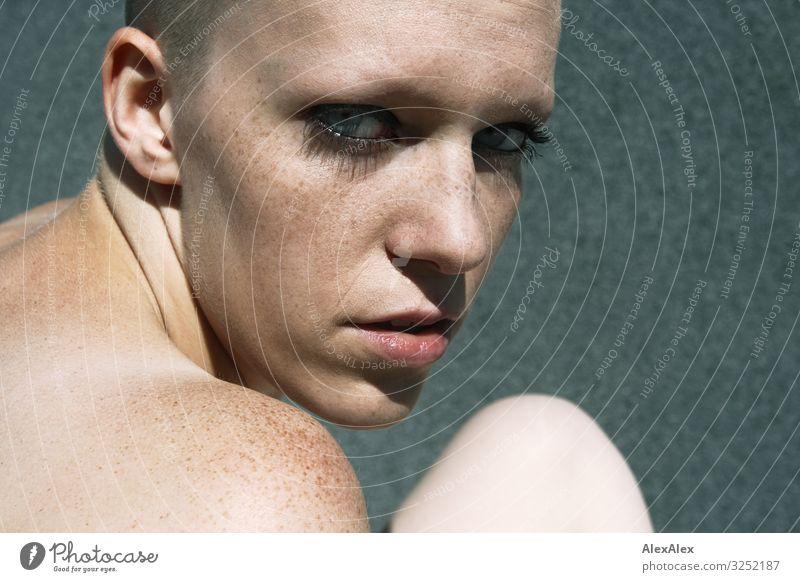 Portrait einer jungen Frau Stil schön Sinnesorgane Junge Frau Jugendliche Gesicht Schulter Sommersprossen 18-30 Jahre Erwachsene Schönes Wetter Glatze Blick