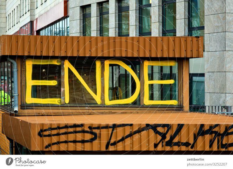 ENDE Ende Schriftzeichen Graffiti taggen Schlagwort Beschriftung Buchstaben Trennung Paar Partnerschaft Geschäftspartner Architektur Berlin Großstadt Dach