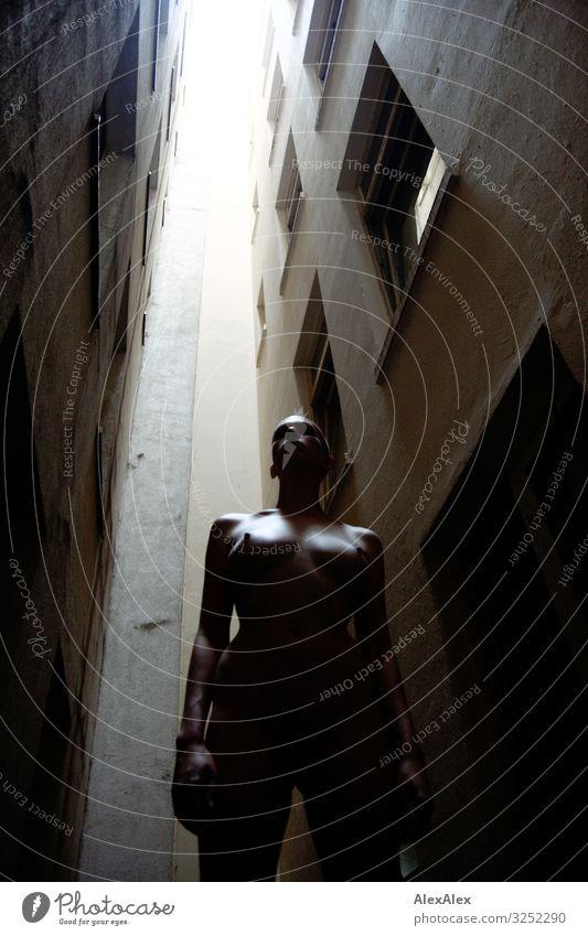 Frau steht in dunkler Häuserschlucht Jugendliche Junge Frau nackt schön Erotik dunkel 18-30 Jahre Erwachsene natürlich feminin Stil außergewöhnlich Kopf