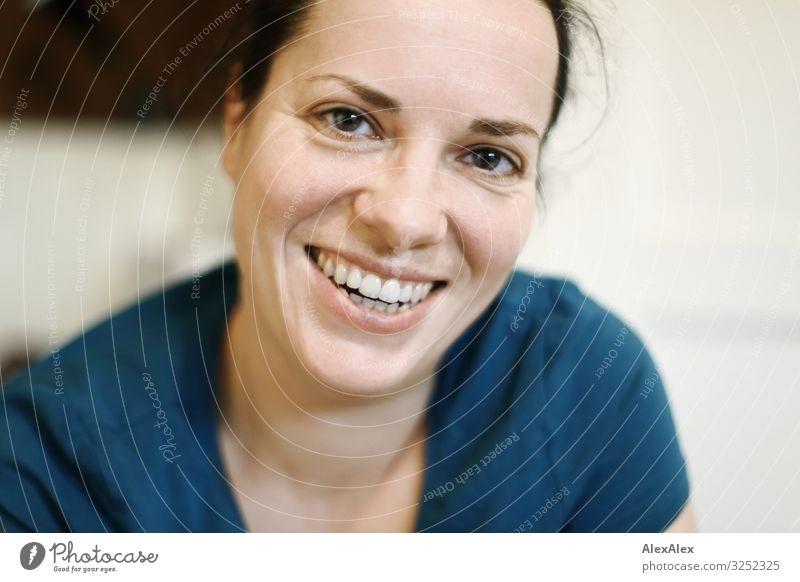 Portrait einer jungen Frau die lächelt Stil Freude schön Wohlgefühl Wohnung Küche Junge Frau Jugendliche Erwachsene 30-45 Jahre T-Shirt schwarzhaarig Lächeln