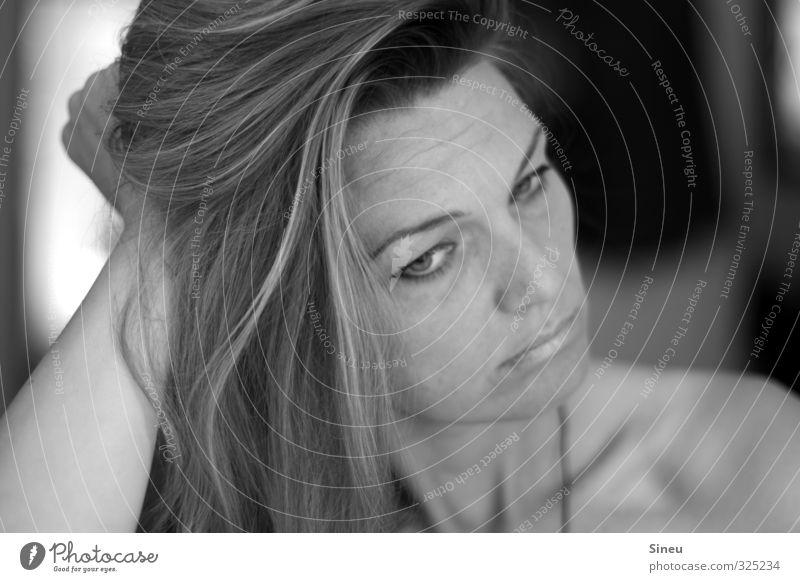 Schnute feminin Frau Erwachsene Haare & Frisuren Gesicht 1 Mensch 30-45 Jahre langhaarig Denken Konflikt & Streit nackt Wut schwarz weiß Liebeskummer Sehnsucht