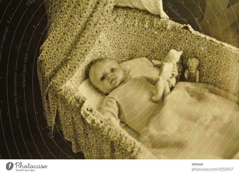 Baby Kindheit 0-12 Monate Strampler Decke Stubenwagen Kinderwagen Himmelbett Kommunizieren Blick Spielen alt historisch retro Lebensfreude Geborgenheit