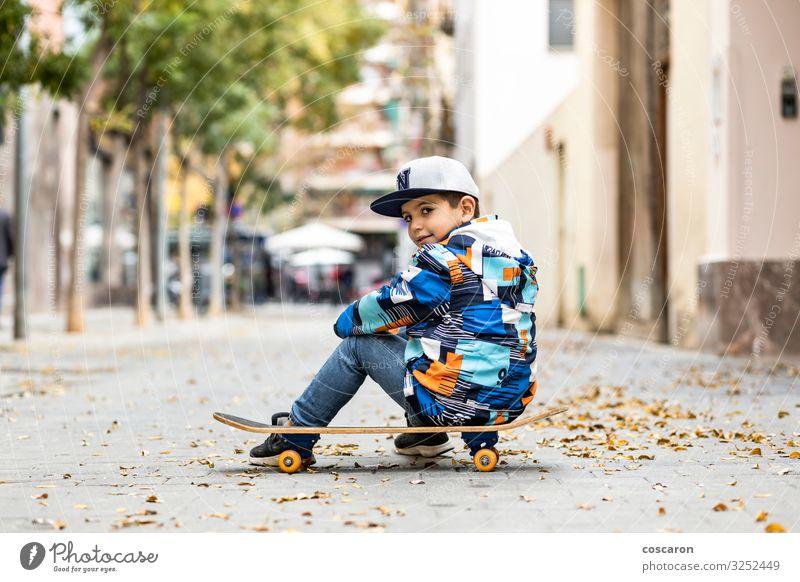 Süßer kleiner Junge sitzt auf seinem Sackleinen Lifestyle Stil Freude Glück schön Freizeit & Hobby Spielen Winter Sport Kind Schule Mensch Kleinkind Kindheit 1
