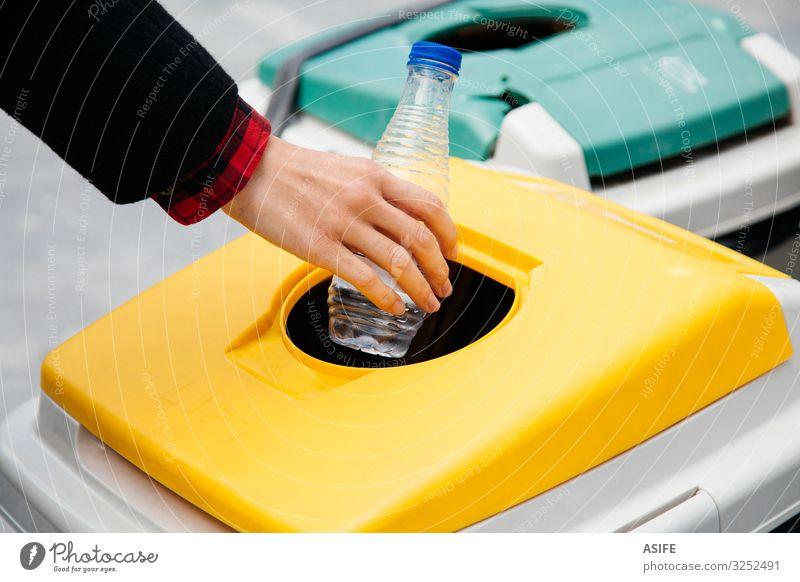 Kunststoff-Recycling auf der Straße Flasche Frau Erwachsene Hand Umwelt Container Freundlichkeit gelb Menschen eine Putten Werfen Müll Abfall Behälter