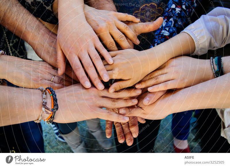 Mehrgenerationen-Familienhände Haut harmonisch Kind Mutter Erwachsene Vater Schwester Großmutter Familie & Verwandtschaft Jugendliche Hand Finger Menschengruppe
