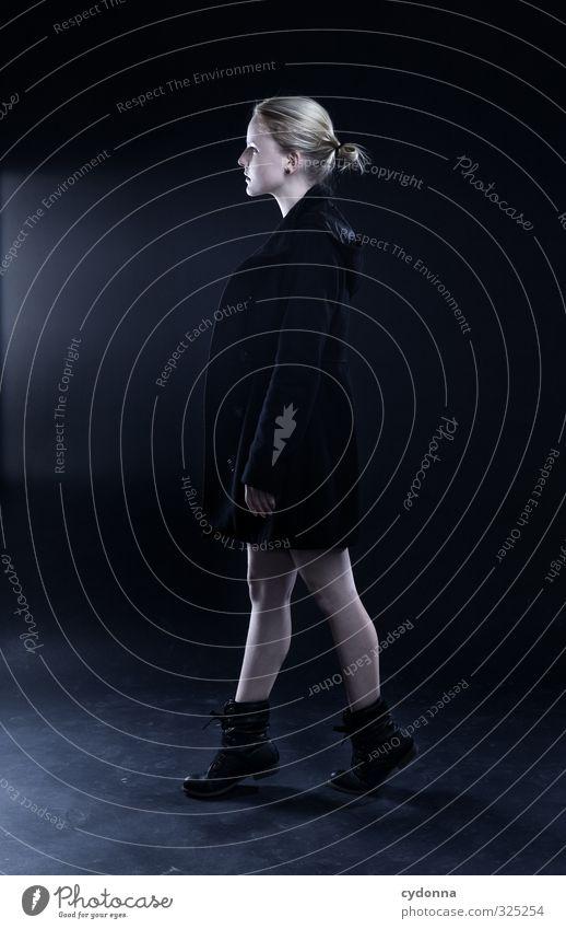 Walking Mensch Jugendliche Erholung Junge Frau ruhig Winter 18-30 Jahre Erwachsene kalt Erotik Leben Bewegung Wege & Pfade Stil Kraft elegant