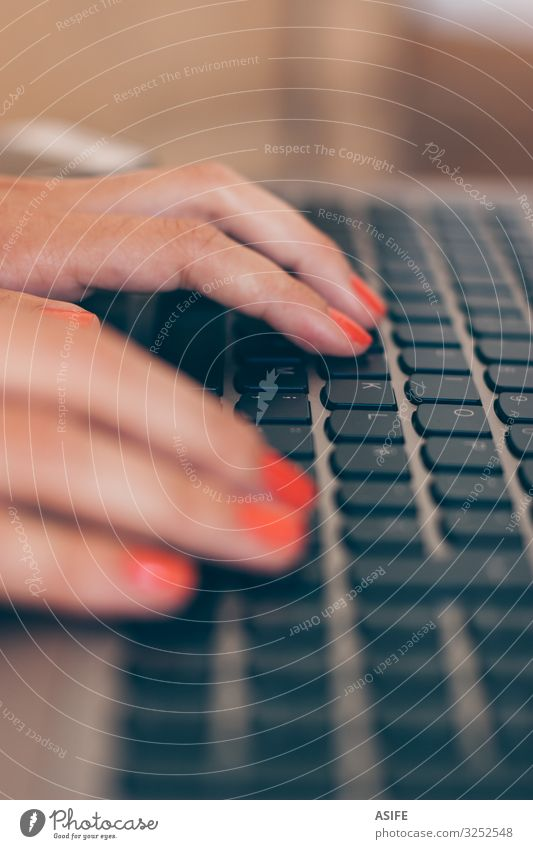 Frau tippt mit den Händen Nagellack Arbeit & Erwerbstätigkeit Beruf Büro Business Computer Notebook Technik & Technologie Internet Mensch Erwachsene Hand Finger