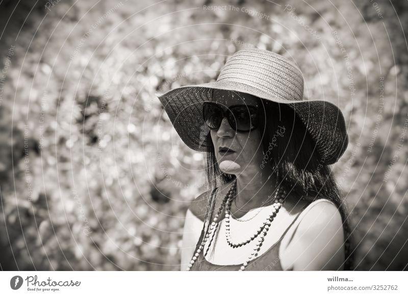 Madame Inkognito Frau Strohhut Hut Sonnenbrille Kette Halskette Perlenkette langhaarig schwarzhaarig geheimnisvoll ernst feminin inkognito Erwachsene