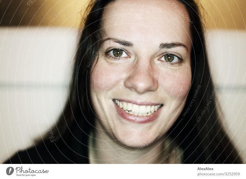 Portrait einer jungen Frau Stil schön Leben Häusliches Leben Junge Frau Jugendliche Erwachsene Lachfalte Grübchen Gesicht 30-45 Jahre Pullover schwarzhaarig