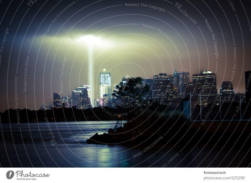 Beam of Light New York City Stars and Stripes Nordamerika Amerika Stadt Skyline Menschenleer Haus Hochhaus Bauwerk Gebäude Sehenswürdigkeit Wahrzeichen Denkmal