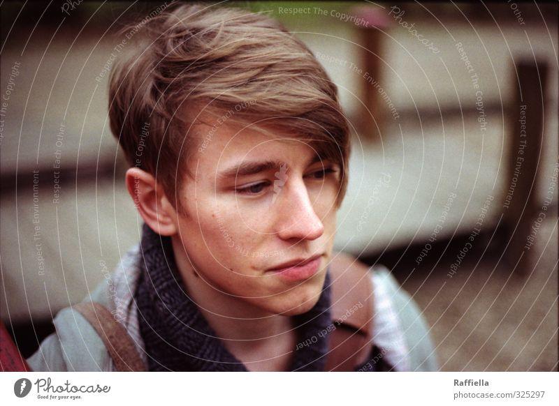 m. maskulin Junger Mann Jugendliche Haut Kopf Haare & Frisuren Gesicht Auge Nase Mund Lippen 1 Mensch 18-30 Jahre Erwachsene Pullover Jacke brünett beobachten