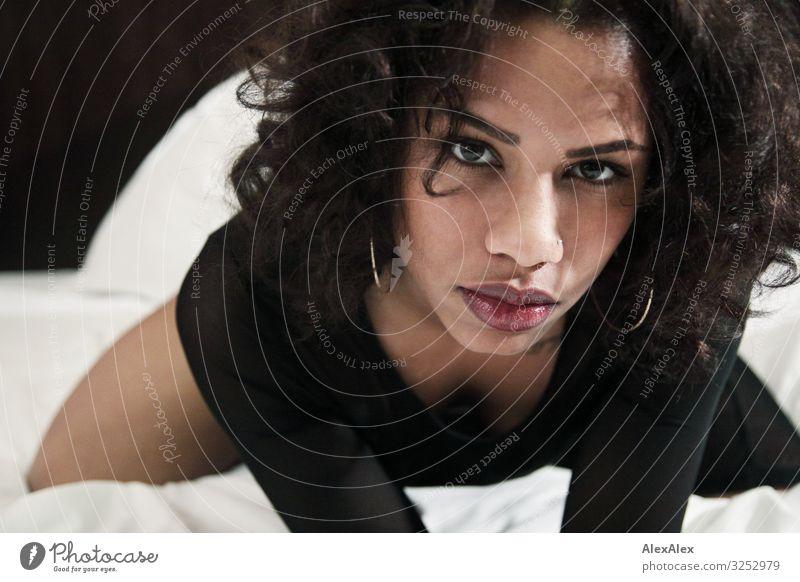 Portrait einer jungen Frau exotisch Freude schön Bett Junge Frau Jugendliche Gesicht Lippen 18-30 Jahre Erwachsene Boudior schwarzhaarig langhaarig Locken