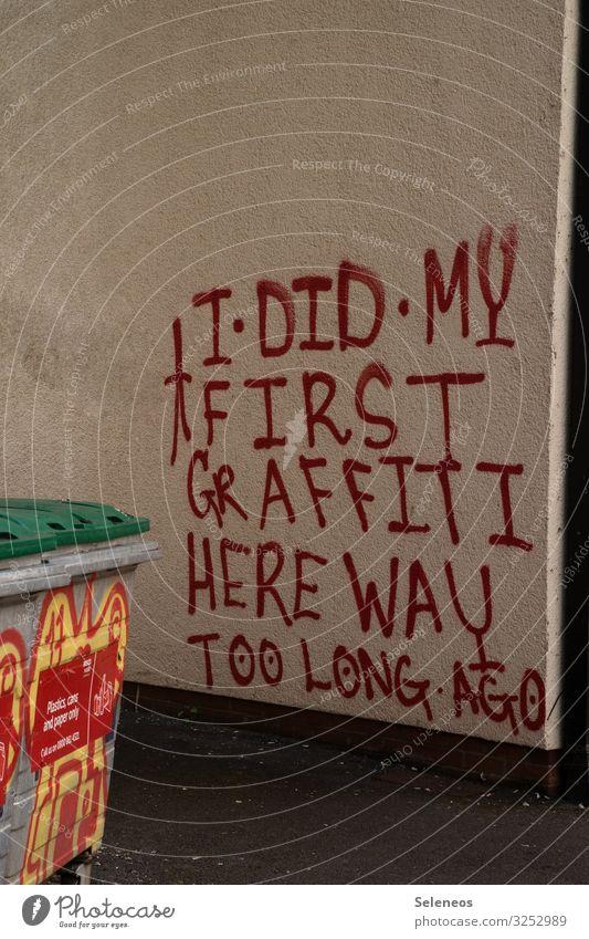 . Mauer Wand Fassade Zeichen Schriftzeichen Graffiti Kommunizieren zeichnen Farbfoto Außenaufnahme Menschenleer Textfreiraum oben