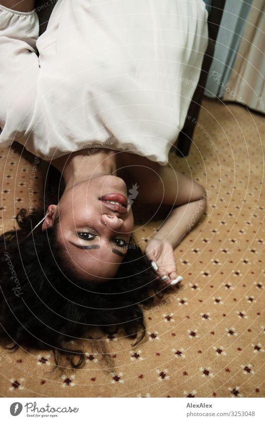 Frau liegt über Kopf im Sessel Stil exotisch Freude schön Erholung Raum Junge Frau Jugendliche Gesicht 18-30 Jahre Erwachsene Auslegware T-Shirt schwarzhaarig