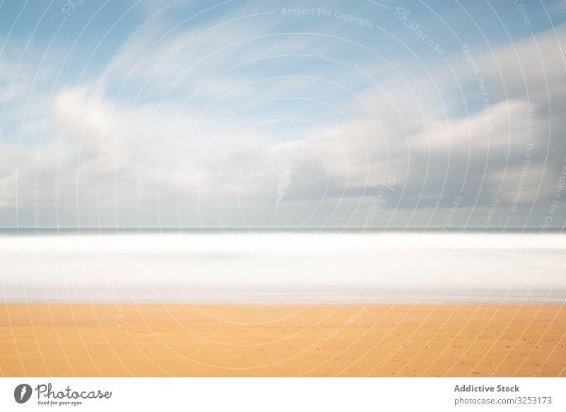 Landschaft mit einsamer sandiger Meeresküste und bewölktem Himmel Strand MEER bewölkter Himmel Cloud türkis Sommer Meereslandschaft leer Wasser Paradies Sonne