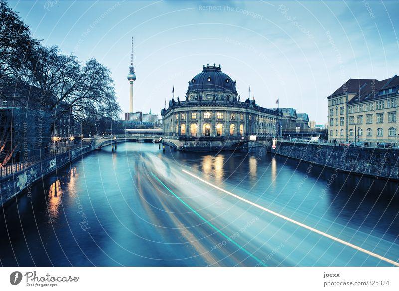 Abendlicher Blick, vorbei am Bode Museum auf den Berliner Fernsehturm, Langzeitbelichtung Fernsethturm Dämmerung Spree Fluss Wasser Langzeitbelichutung