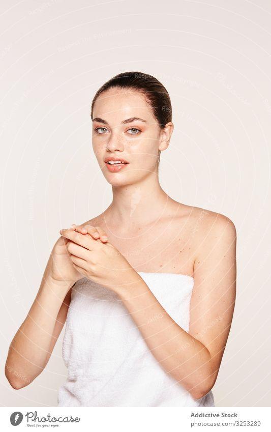 Entzückte Frau trägt Erholungscreme auf die Hände auf Sahne Hand wiederherstellen Hygiene Feuchtigkeit spenden Pflege Körper schön Gel hübsch erfreut bewerben