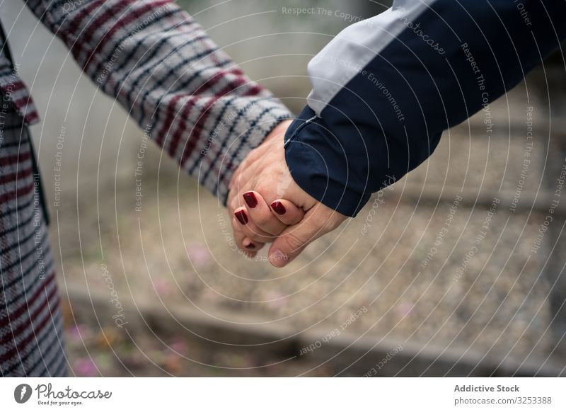 Lässiges gesichtsloses Paar, das Händchen hält und durch die Stadt schlendert Händchenhalten schlendern Großstadt romantisch Liebe lässig Harmonie idyllisch