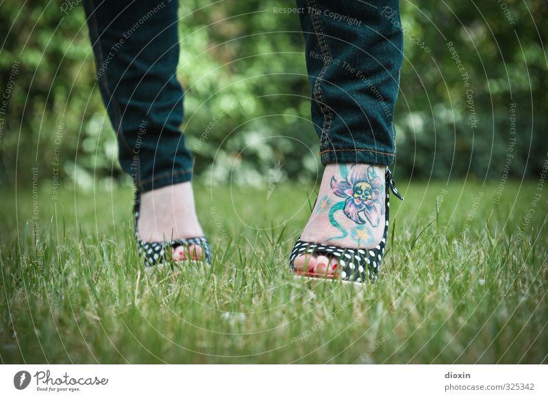 Footattoo [2] Mensch feminin Junge Frau Jugendliche Erwachsene Fuß 1 18-30 Jahre Rockabilly Gras Sträucher Garten Mode Bekleidung Jeanshose Schuhe Damenschuhe