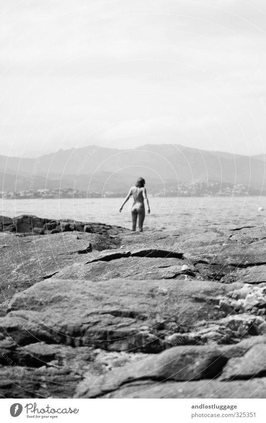 when sun falls on my feet. Mensch Ferien & Urlaub & Reisen Jugendliche schön Sommer Junge Frau Sonne Meer Erotik Strand 18-30 Jahre Erwachsene feminin Küste