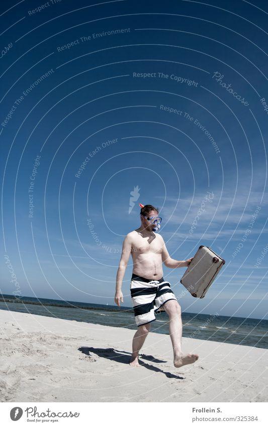Ministry of silly walking Mensch Mann Ferien & Urlaub & Reisen Sommer Freude Strand Erwachsene lustig Schönes Wetter verrückt Lebensfreude entdecken Koffer Barfuß Clown Tänzer
