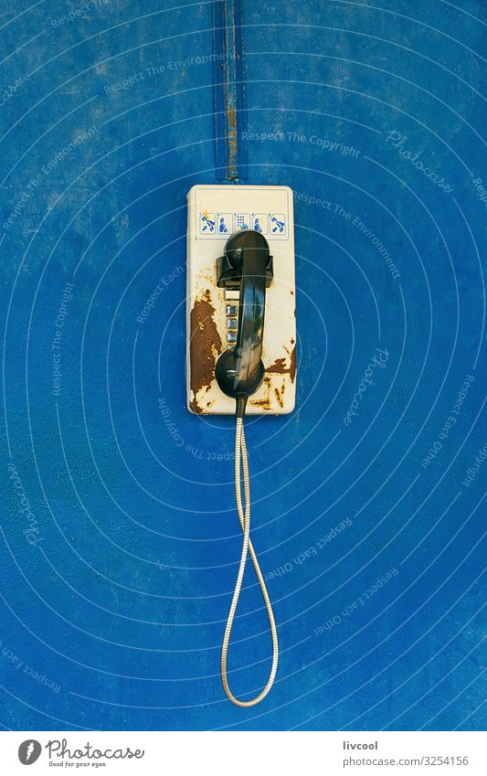 altes Telefon an blauer Wand Dekoration & Verzierung Dorf Fassade Straße Telefongespräch Coolness einzigartig niedlich retro Wandtelefon altehrwürdig
