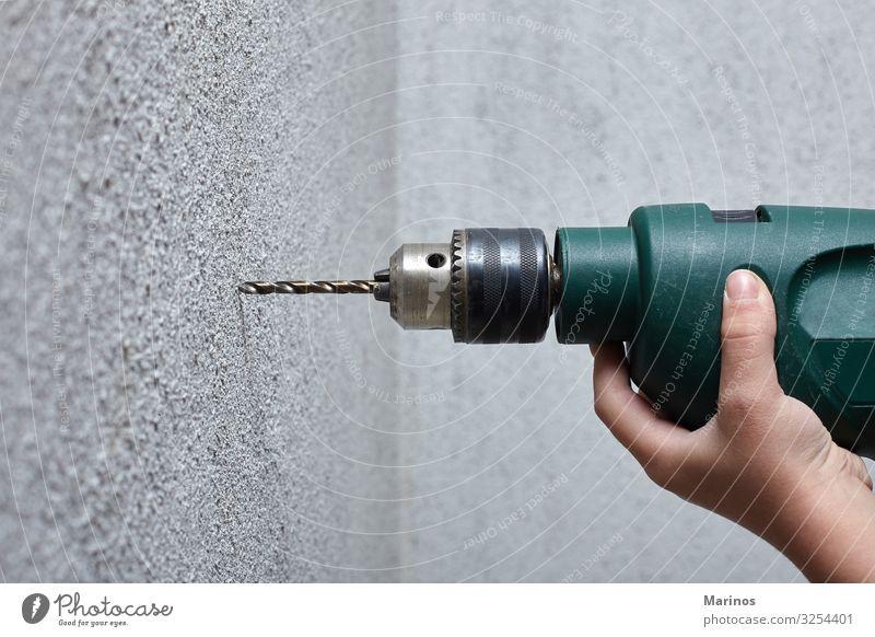 Arbeiter bohrt mit einem Elektrobohrer ein Loch in die Wand. Freizeit & Hobby Arbeit & Erwerbstätigkeit Werkzeug Bohrmaschine Baumaschine Mensch Mann Erwachsene