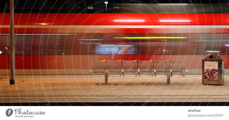 Sausebahn Bewegung Verkehr Eisenbahn Geschwindigkeit Bank Bahnhof Sitzgelegenheit S-Bahn Bahnsteig Öffentlicher Personennahverkehr