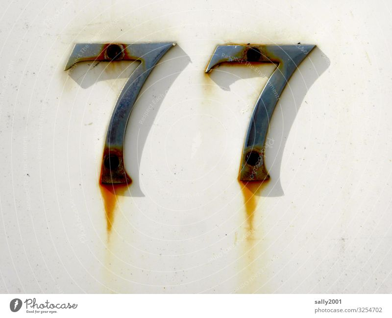 Geschriebenes | Schnapszahl... Mauer Wand Fassade Hausnummer Zeichen Ziffern & Zahlen Schilder & Markierungen alt einzigartig trashig Metall Rost 77 Nagel