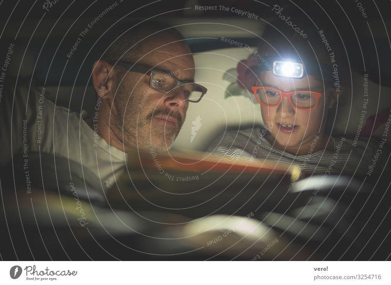 Stirnlampe, Mädchen, lesen, Papa Vater Erwachsene Kopf 2 Mensch Brille Oberlippenbart entdecken Erholung genießen hören liegen Blick dunkel Zusammensein Glück