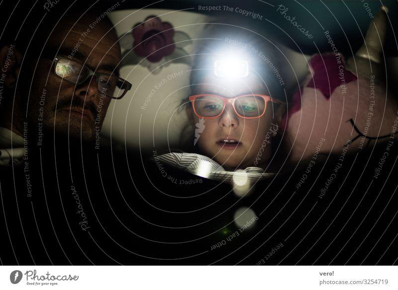 Stirnlampe, Mädchen, lesen Bildung Vater Erwachsene Kopf 2 Mensch Brille Oberlippenbart entdecken Erholung genießen leuchten liegen Blick sprechen