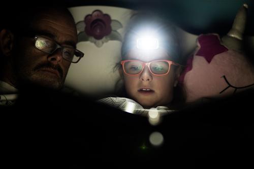 Wenn am Abend.. Bildung Mädchen Vater Erwachsene Kopf 2 Mensch Brille Oberlippenbart Stirnlampe entdecken Erholung genießen lesen leuchten liegen Blick sprechen