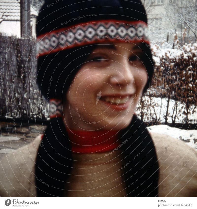 Spiele der Kindheit | Kulturhopping feminin Mädchen 1 Mensch Winter Hecke Stadtzentrum Haus Pullover Schmuck schwarzhaarig langhaarig Perücke Stirnband