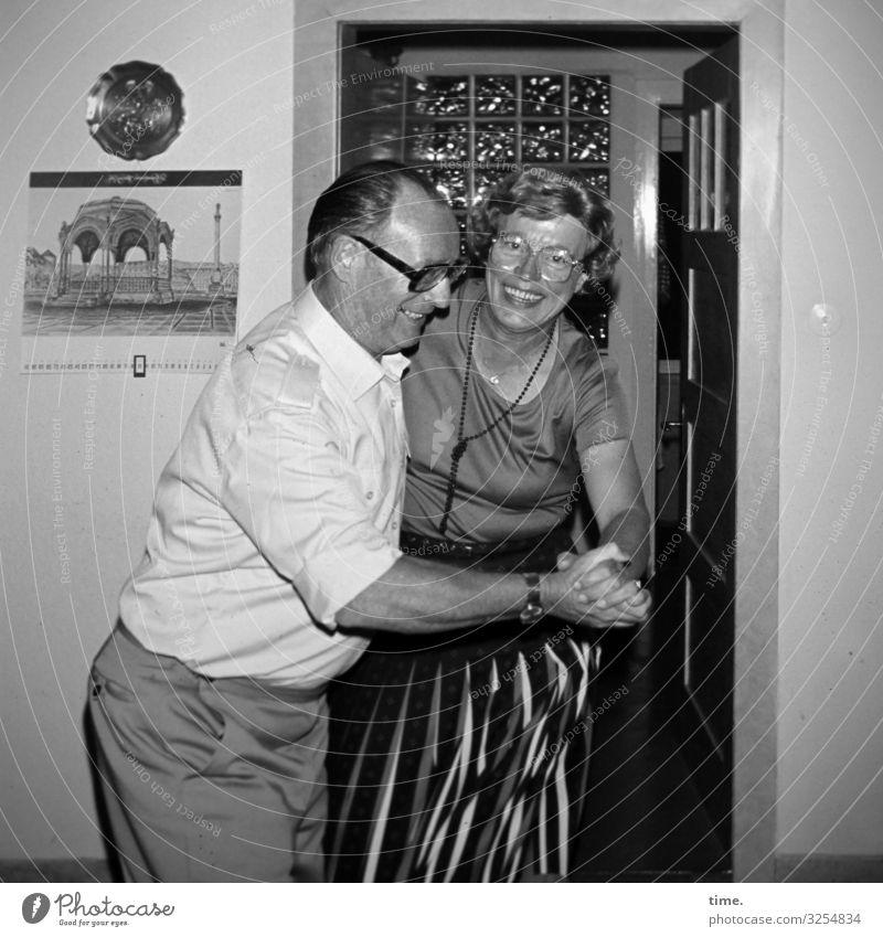 Dans op de Deel (I) Häusliches Leben Wohnung maskulin feminin Frau Erwachsene Mann 1 Mensch Tür Hemd Rock Hose Brille kurzhaarig Dekoration & Verzierung