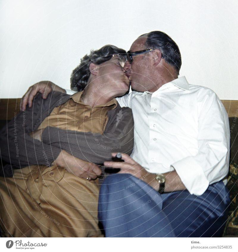 still in love (despite cigar taste) Häusliches Leben Wohnung Sofa maskulin feminin Frau Erwachsene Mann 2 Mensch Hemd Hose Kleid Jacke Armbanduhr Brille Zigarre