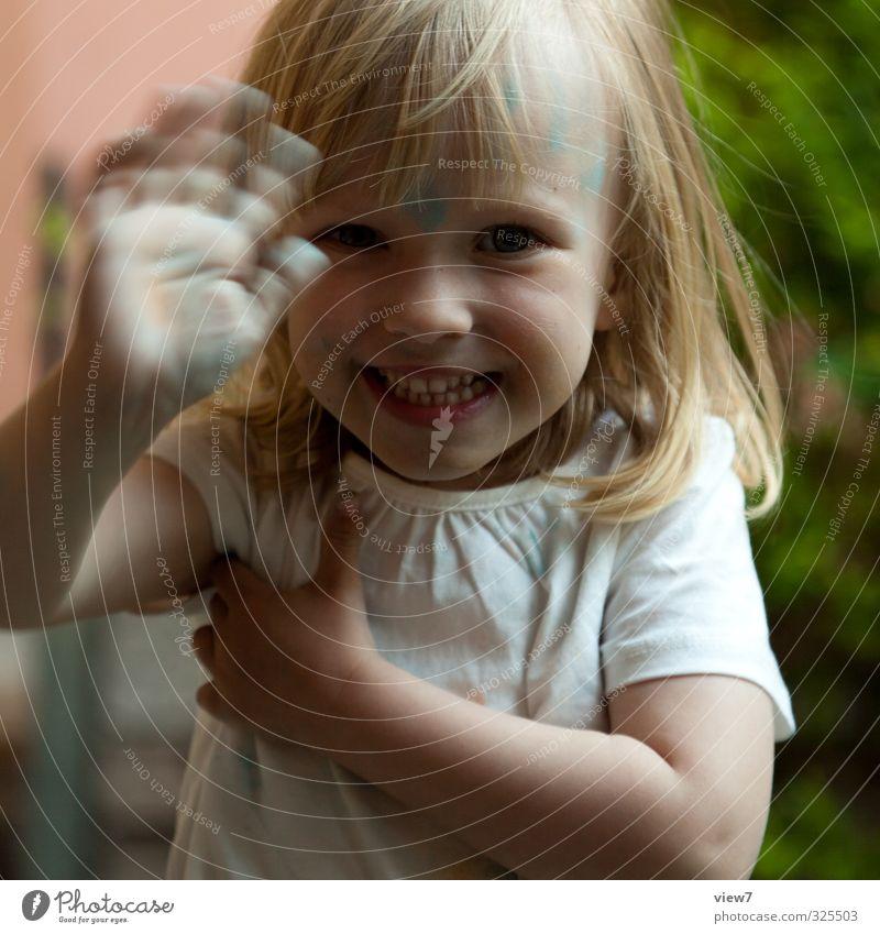 #325503 Mensch Kind Mädchen feminin Spielen Haare & Frisuren lachen Familie & Verwandtschaft Freizeit & Hobby Zufriedenheit blond Kindheit frei frisch Lächeln