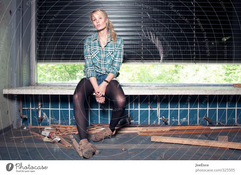 #325505 Stil Häusliches Leben Umzug (Wohnungswechsel) einrichten Raum Feste & Feiern Frau Erwachsene 1 Mensch Ruine Fenster Mode Hemd Stiefel blond beobachten