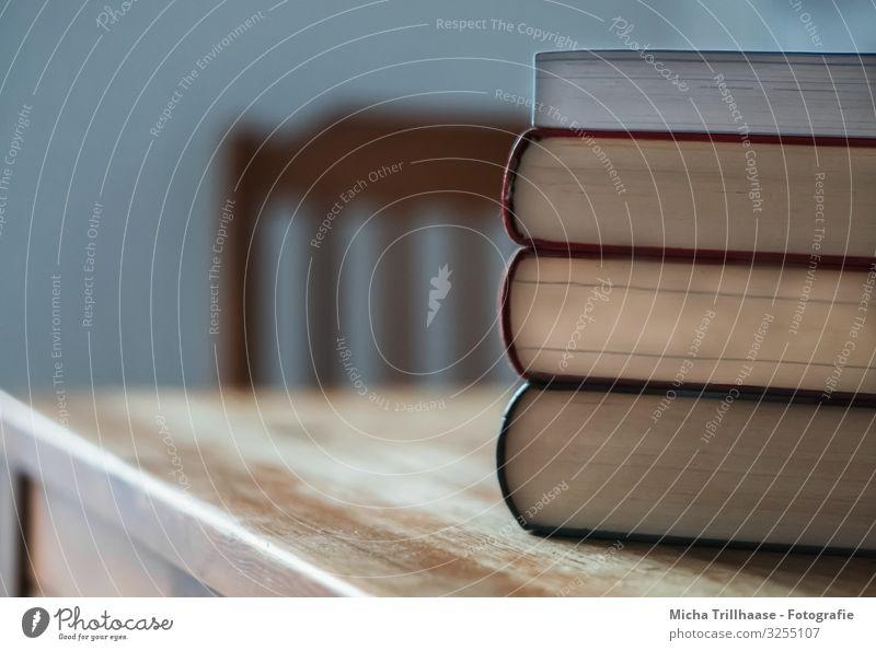 Bücherstapel auf dem Tisch blau gelb Schule orange braun Arbeit & Erwerbstätigkeit Wohnung Freizeit & Hobby lernen Buch Studium lesen Stuhl Bildung Suche