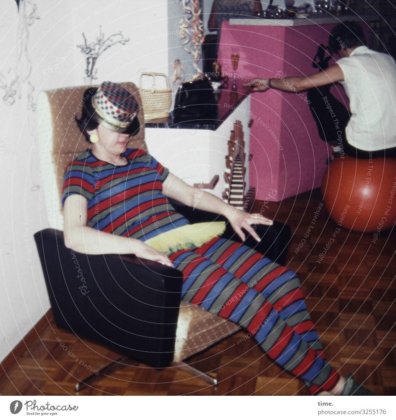 für heute off Häusliches Leben Wohnung Innenarchitektur Sessel Raum Nachtleben Party Feste & Feiern maskulin feminin Frau Erwachsene Mann 2 Mensch Hemd Anzug