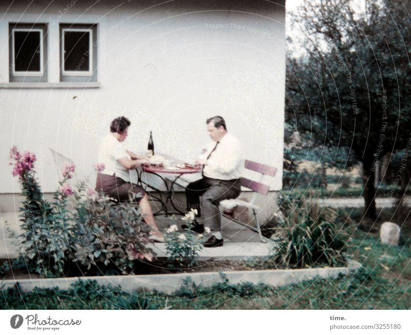 Mahlzeit Essen Häusliches Leben Wohnung Garten Möbel maskulin feminin Frau Erwachsene Mann 2 Mensch Hemd Rock Hose Kommunizieren sitzen Zusammensein seriös