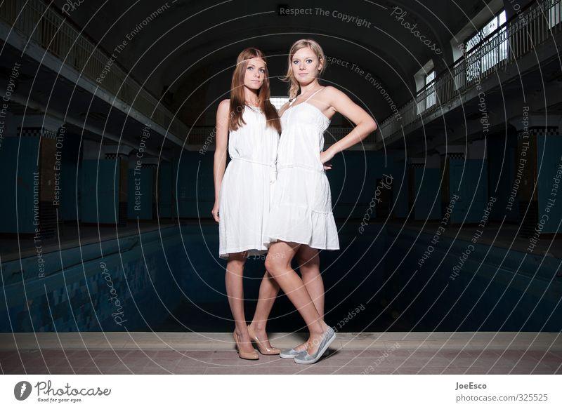 #325525 Stil Nachtleben ausgehen Frau Erwachsene Freundschaft Paar Leben Mensch 18-30 Jahre Jugendliche Mode Kleid beobachten Erholung festhalten stehen warten