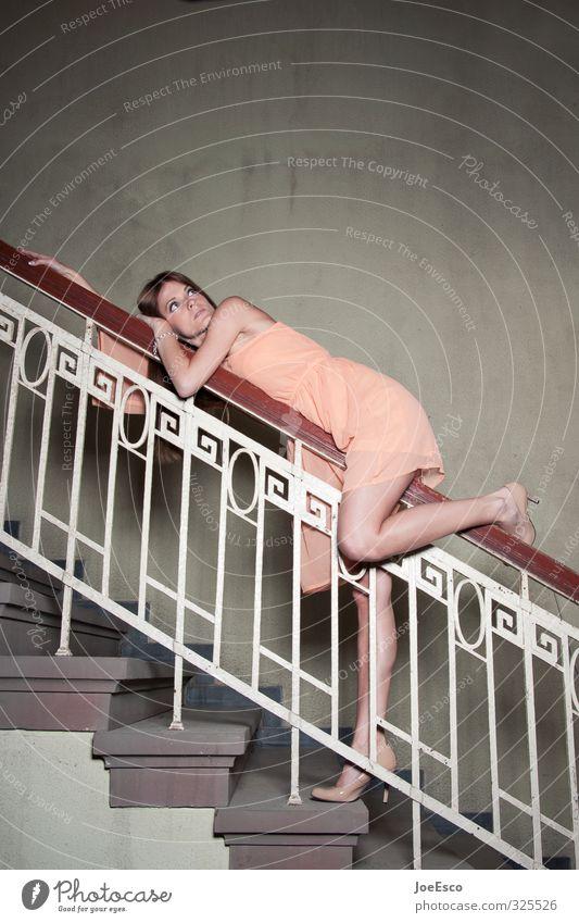 #325526 Stil Häusliches Leben Umzug (Wohnungswechsel) Frau Erwachsene 1 Mensch 18-30 Jahre Jugendliche Mode Kleid beobachten entdecken Erholung festhalten