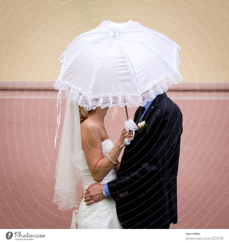 just married Mensch maskulin feminin Junge Frau Jugendliche Junger Mann 2 18-30 Jahre Erwachsene Brautkleid Anzug Liebe schön Ehrlichkeit Sonnenschirm
