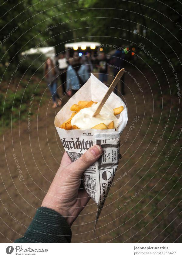 Snack Lebensmittel Fastfood Slowfood Fingerfood Pommes frites to go Mayonnaise Übergewicht Ausflug Essen Jahrmarkt Hand Veranstaltung Park Wald Verpackung