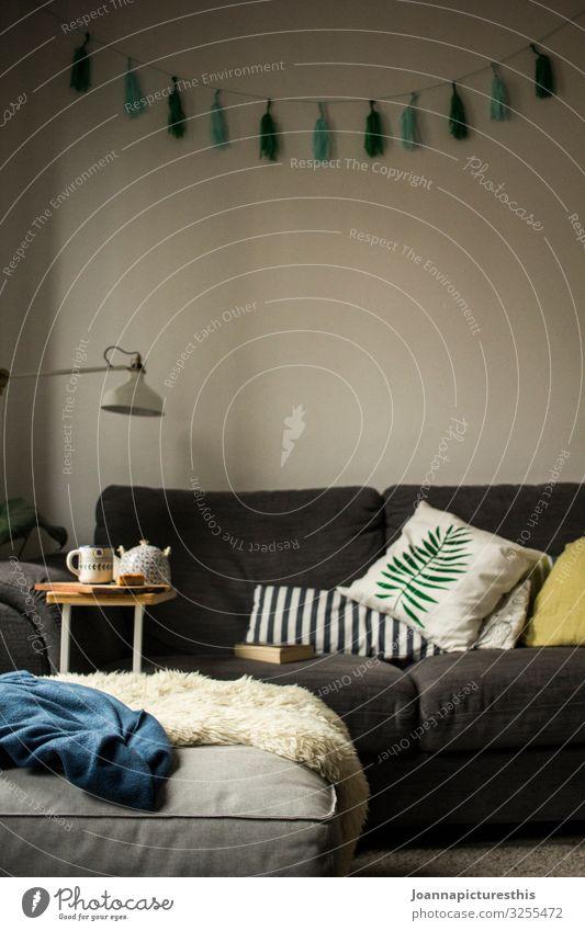 Hygge Getränk Heißgetränk Tee Lifestyle Stil Design Häusliches Leben Wohnung einrichten Innenarchitektur Dekoration & Verzierung Möbel Lampe Sofa Tisch Raum