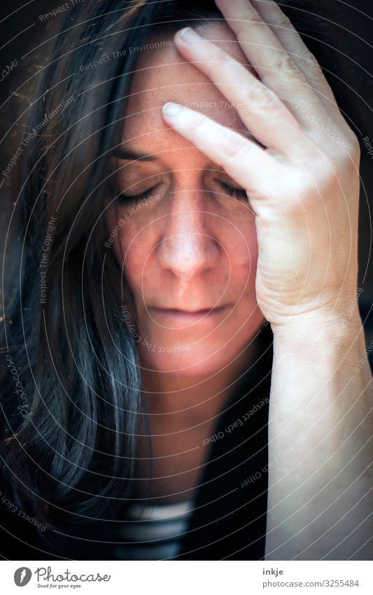 Langhaarige Frau mit geschlossenen Augen und Hand am Kopf Erwachsene Leben Haare & Frisuren Gesicht 1 Mensch 30-45 Jahre schwarzhaarig brünett langhaarig Denken