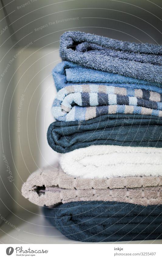Handtücher Handtuch Frottée Baumwolle Stapel authentisch gefaltet aufeinander Fach Regal frisch Sauberkeit gewaschen trocken Farbfoto Innenaufnahme Nahaufnahme