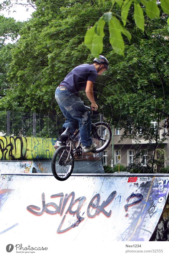 BMX_Stunt Mann Fahrrad Rampe Frühling springen Extremsport Sport Außenaufnahme