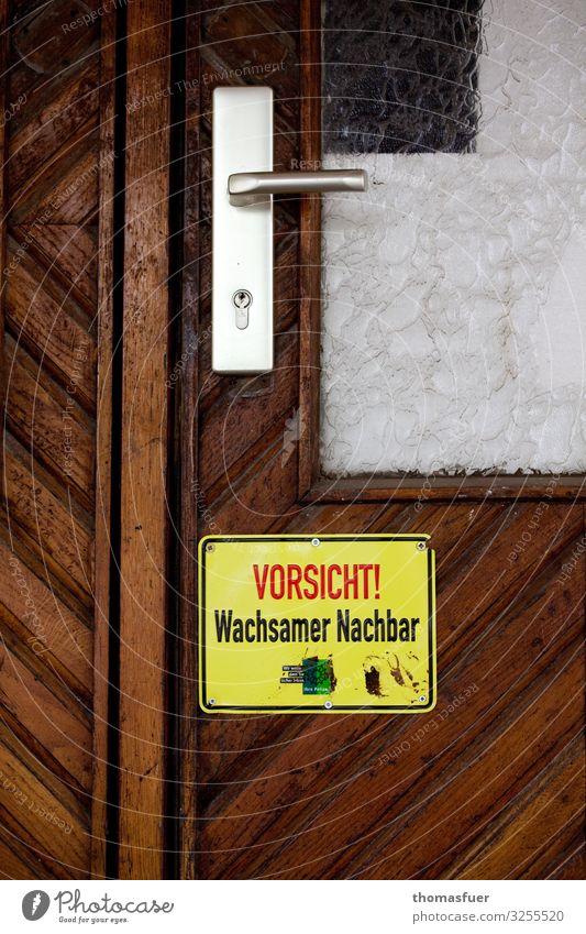 Vorsicht wachsamer Nachbar, Schild Häusliches Leben Wohnung Haus Eingangstür Tür Dorf Kleinstadt Einfamilienhaus Namensschild Griff Zeichen Schriftzeichen