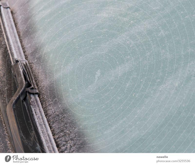 gefrorene Windschutzscheibe Nahaufnahme und Autowischer im Winter Schnee Erde Wetter Schneefall Verkehr Fahrzeug PKW fahren frieren Sauberkeit Desaster kalt